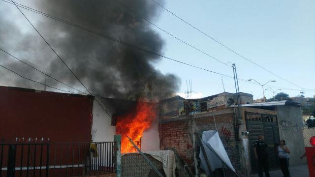 ¡Flamazo en una casa en Aguascalientes: rescataron a una abuelita y a sus dos nietos!