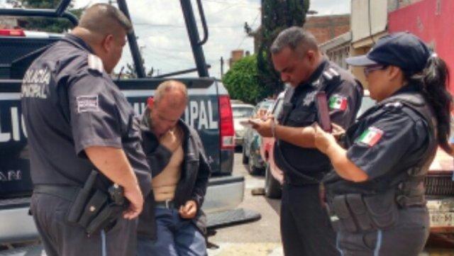 ¡Policías municipales evitaron que un hombre se suicidara lanzándose de la azotea de una casa en Aguascalientes!