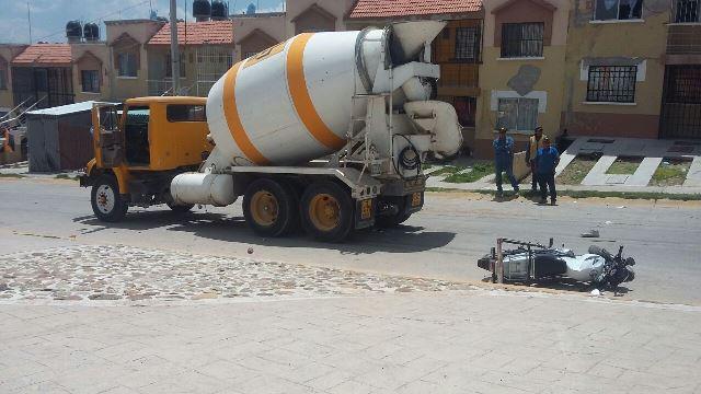 ¡Grave motociclista impactado y arrastrado por una revolvedora en Aguascalientes!