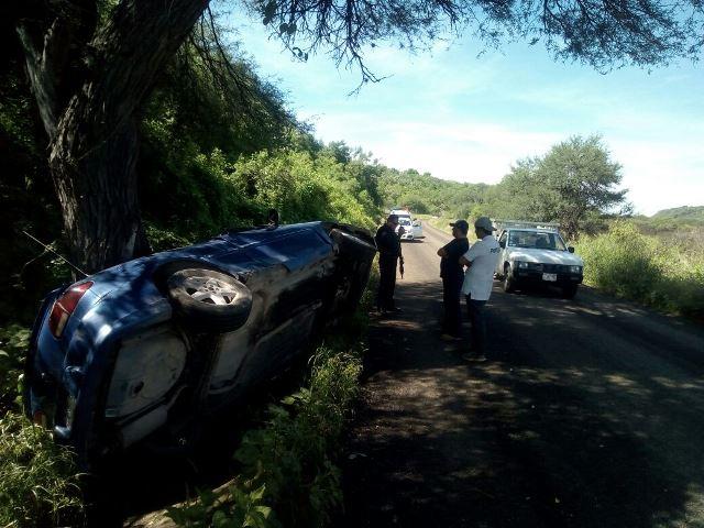 ¡Joven lesionado levemente tras volcar y estrellar contra un árbol su automóvil en Aguascalientes!