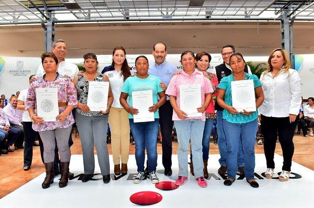 ¡Gobierno del Estado y SEDATU brindan certeza jurídica a familias con 300 títulos de propiedad y 162 cuartos adicionales!