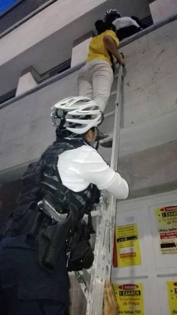 ¡Policías municipales rescataron a una estudiante que quedó atrapada en un instituto en Aguascalientes!