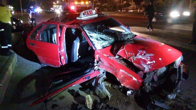 ¡En Aguascalientes taxista se estrelló y derribó un árbol: dos hermanas lesionadas!