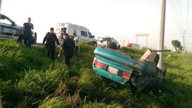 ¡Dos heridos en aparatosa volcadura en la 45 Norte en Aguascalientes!