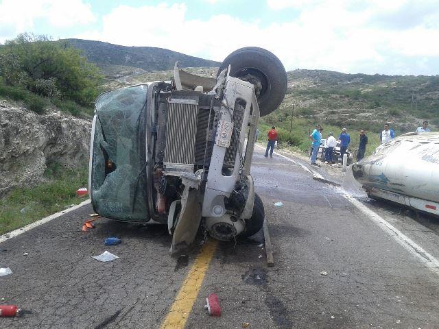 ¡Una muerta y un herido tras volcarse una pipa con agua en Aguascalientes!