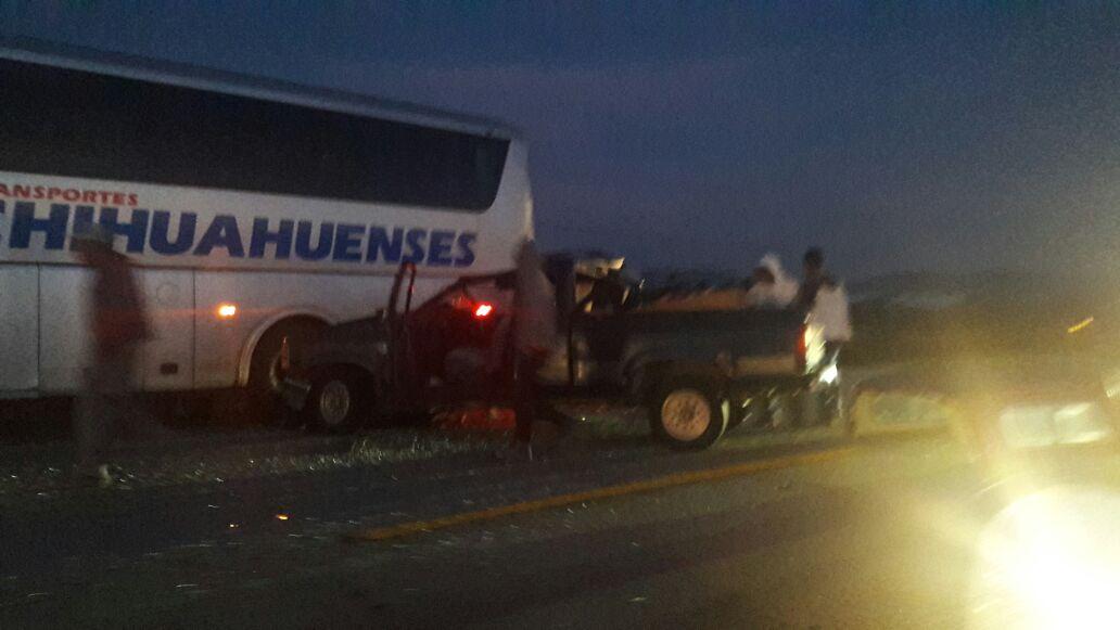 ¡Camioneta se impacta contra autobús de pasajeros en la 45 Norte; no hubo heridos!