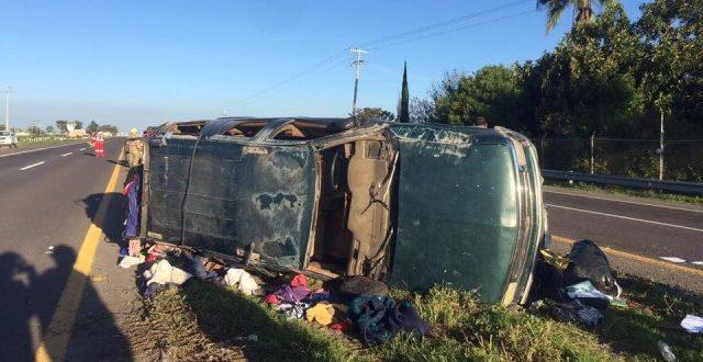 ¡1 muerto y 6 lesionados al chocar camioneta con remolque en Lagos de Moreno!