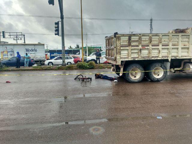 ¡Joven ciclista muere al pasarle por encima camión materialista en Aguascalientes!