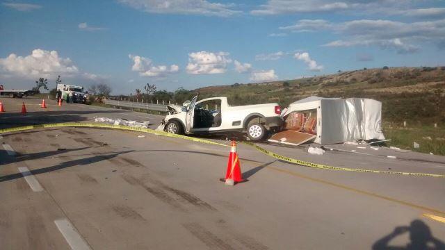 ¡Choque entre 2 camionetas en Lagos de Moreno dejó 1 muerto y 1 lesionado grave!