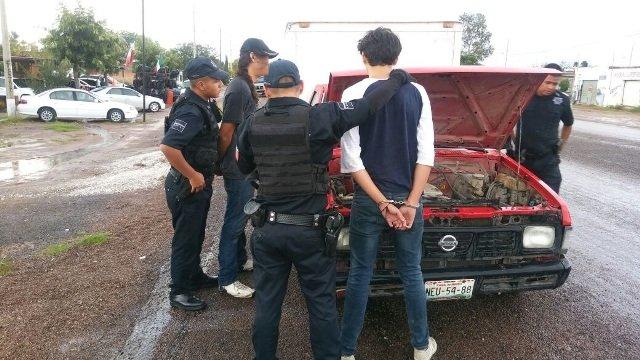 ¡2 sujetos fueron detenidos con una camioneta robada en Aguascalientes!