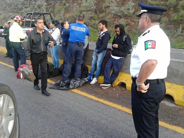 ¡6 lesionados tras fuerte choque-volcadura entre 2 automóviles en Aguascalientes!