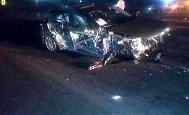 ¡Ebrio destrozó su auto en Aguascalientes tras estrellarse contra unas jardineras de concreto!