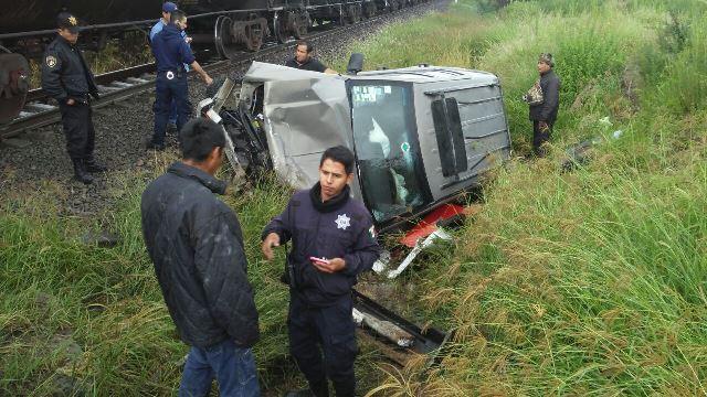 ¡2 jóvenes en su camioneta fueron embestidos por el tren en Lagos de Moreno!