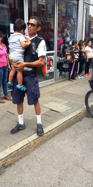 ¡Policías municipales auxiliaron a un niño abandonado en una camioneta en Aguascalientes!