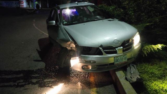 ¡Ebrio estrelló su auto contra un poste de concreto en Aguascalientes y salió ileso!