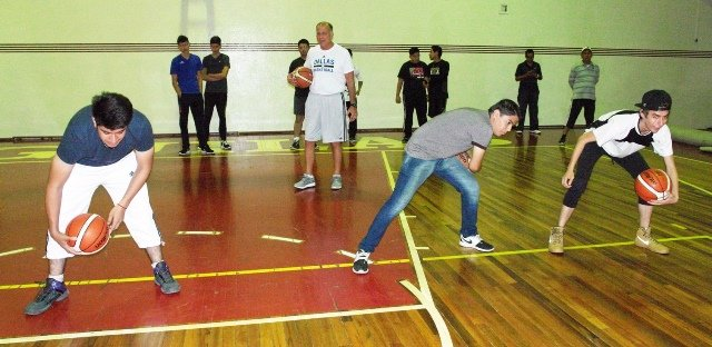 ¡Profesores de educación física nivel secundaria recibieron la Clínica de Baloncesto del IDEA con Bob Mackinnon!
