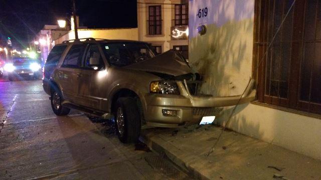 ¡Ebrio sujeto estrelló su camioneta contra una farmacia en Lagos de Moreno!