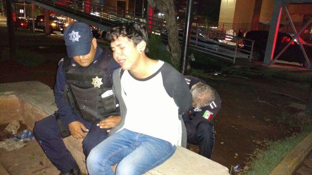 ¡Policías municipales frustraron suicidio de un joven en Aguascalientes: quería lanzarse de un puente peatonal!