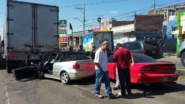 ¡Mujer lesionada tras meter su automóvil debajo de la caja de un tráiler en Aguascalientes!