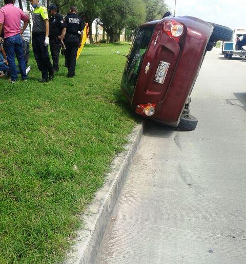¡Choque-volcadura en Aguascalientes dejó una mujer lesionada!