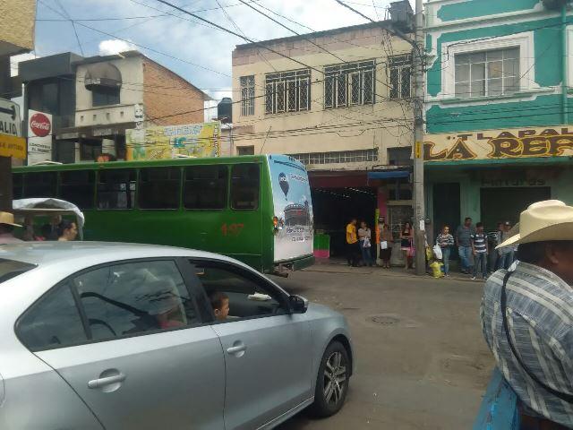 ¡Grave sexagenaria atropellada por un camión urbano en Aguascalientes!