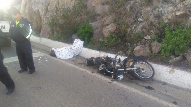 ¡En Aguascalientes muere motociclista de Zacatecas que se impactó contra un auto!