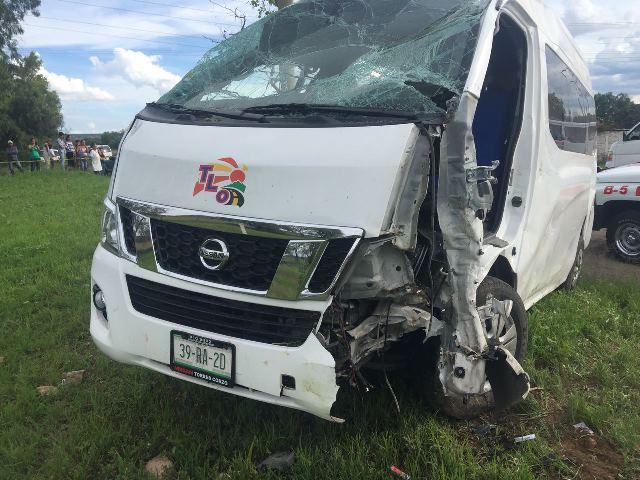 ¡Combi se estrelló contra un árbol y se volcó en Aguascalientes: 6 lesionados!