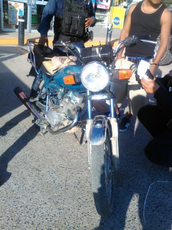 ¡Policías estatales recuperaron motocicleta con reporte de robo en Fresnillo y detuvieron al conductor!