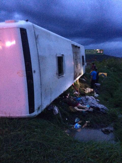 ¡15 muertos y 36 lesionados tras la volcadura de un autobús con peregrinos en Jalisco!