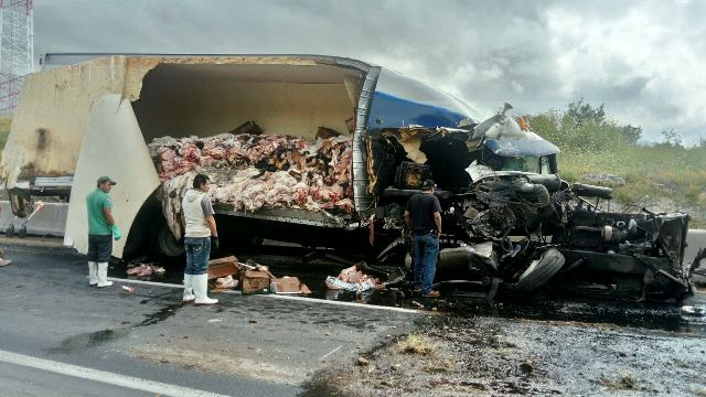 ¡2 traileros lesionados tras fuerte accidente en Encarnación de Díaz fueron hospitalizados en Aguascalientes!