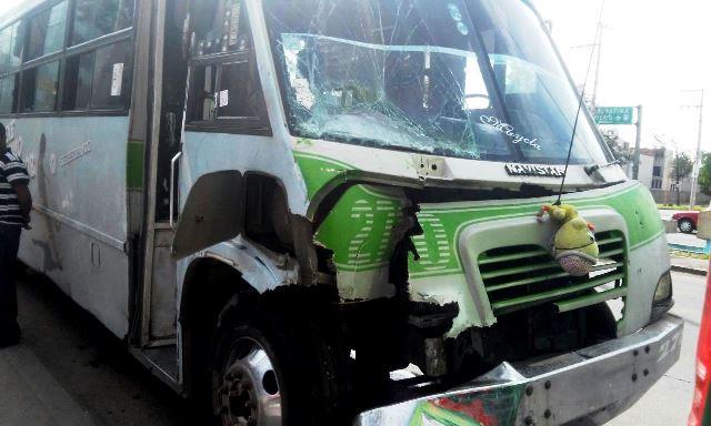 ¡Choque de 2 camiones urbanos en Aguascalientes dejó 3 lesionados!