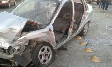 ¡5 lesionados tras choque frontal entre 2 automóviles en Aguascalientes!