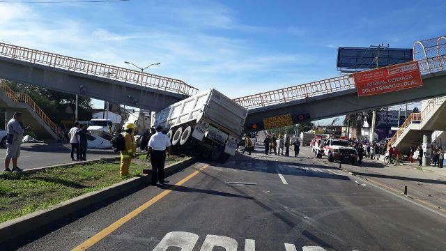 ¡Tráiler embistió varios vehículos y derribó un puente peatonal en Aguascalientes!