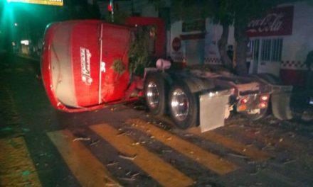 ¡Trailero se estrelló contra un poste y dos árboles en Aguascalientes y salió ileso!
