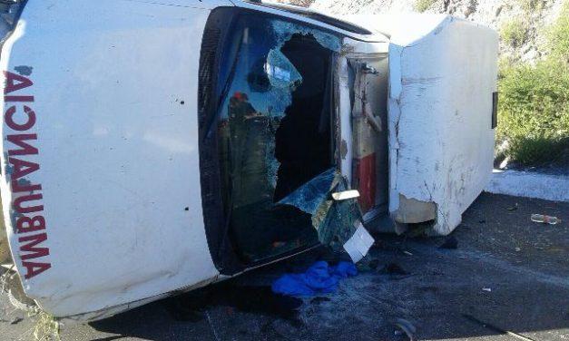 ¡Ambulancia que trasladaba una mujer embarazada se volcó en Río Grande, Zacatecas!