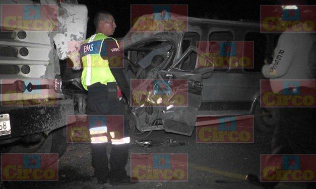 ¡Brutal choque entre un autobús y una camioneta dejó saldo de 1 muerto en Fresnillo!