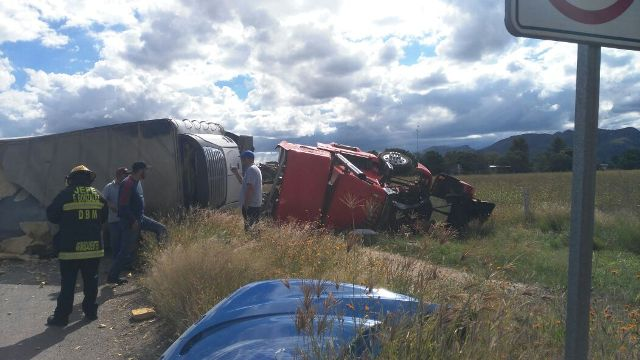 ¡Choque-volcadura entre 2 trailers dejó 2 lesionados en Aguascalientes!