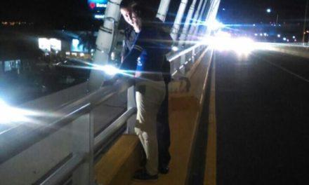 ¡Mujer quería lanzarse de un puente vehicular en Aguascalientes y policías municipales lo impidieron!