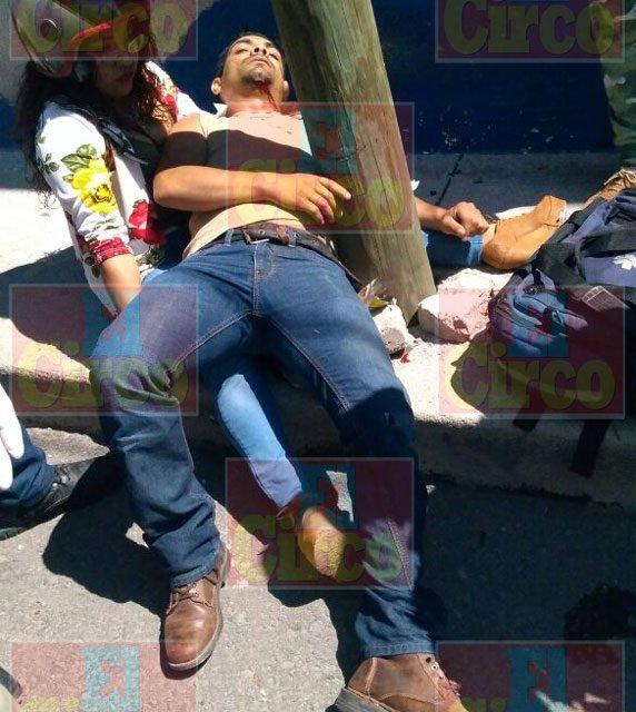 ¡Motociclista lesionado tras chocar contra un auto y un poste en Lagos de Moreno!