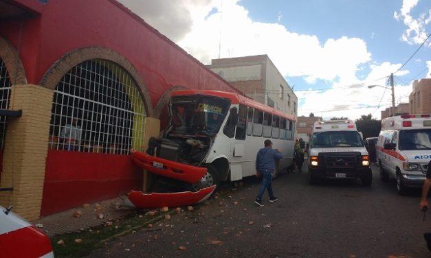 ¡Camión urbano se estrelló contra un bar en Lagos de Moreno: 10 lesionados!