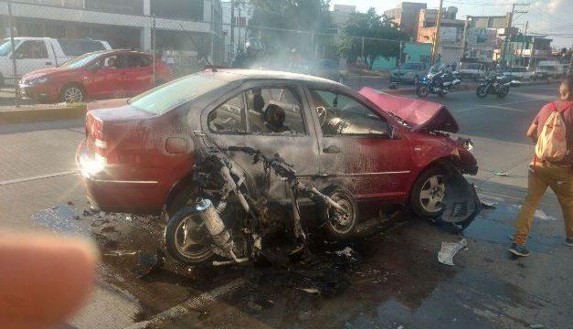 ¡Grave motociclista prensado por un auto y una camioneta en Aguascalientes!