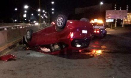 ¡Hombre lesionado tras volcar su automóvil en Aguascalientes!