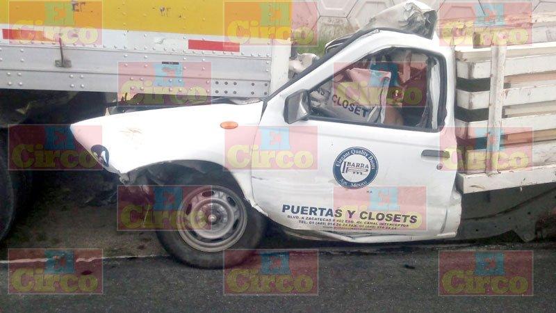 ¡Aguascalentense murió prensado tras estrellarse contra un tráiler en Encarnación de Díaz!