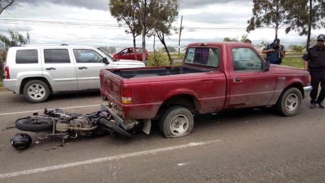 ¡Universitario motociclista falleció tras estrellarse contra una camioneta en Aguascalientes!