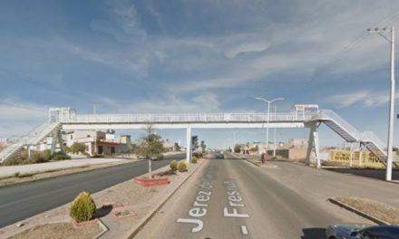¡Colgaron una piñata con un narco-mensaje en un puente peatonal Fresnillo!
