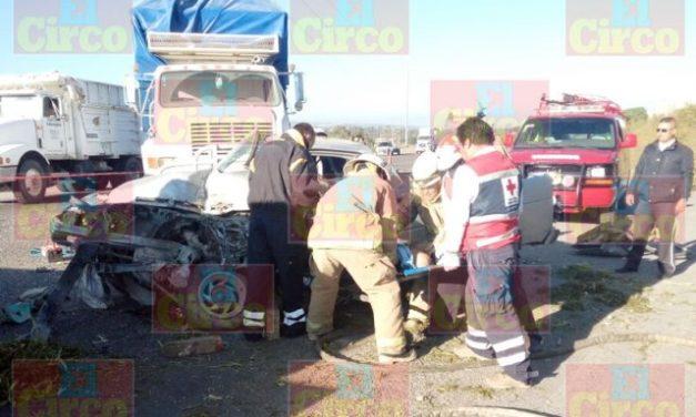 ¡1 muerto tras choque entre una camioneta y un torton en San Juan de los Lagos!