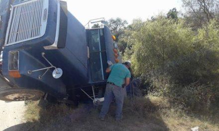 ¡Espectacular volcadura de un camión de volteo en Aguascalientes tras caer en una zanja!
