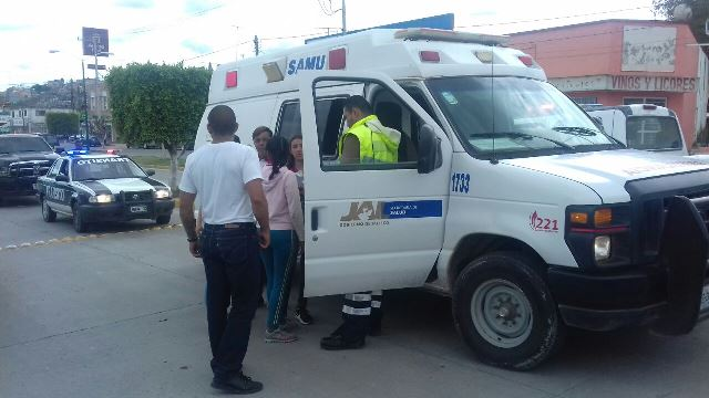 ¡Choque entre una camioneta y un taxi dejó 1 lesionado en Lagos de Moreno!