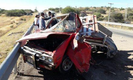 ¡3 lesionados tras fuerte choque-volcadura entre 2 camionetas en Aguascalientes!