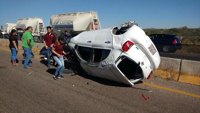 ¡5 estudiantes universitarios lesionados tras la volcadura de un auto en Aguascalientes!